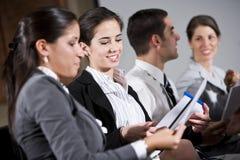 Νέα συνεδρίαση γυναικών στην έκθεση ανάγνωσης σειρών Στοκ εικόνες με δικαίωμα ελεύθερης χρήσης