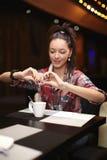 Νέα συνεδρίαση γυναικών στον καφέ Στοκ φωτογραφία με δικαίωμα ελεύθερης χρήσης