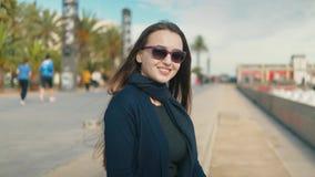 Νέα συνεδρίαση γυναικών τουριστών κοντά στο Palm Beach και χαμόγελο απόθεμα βίντεο