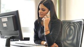 Νέα συνεδρίαση επιχειρηματιών στο γραφείο στο γραφείο πολυάσχολο στο τηλέφωνο Στοκ Εικόνα