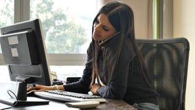 Νέα συνεδρίαση επιχειρηματιών στο γραφείο στο γραφείο πολυάσχολο στο τηλέφωνο Στοκ φωτογραφίες με δικαίωμα ελεύθερης χρήσης