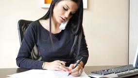 Νέα συνεδρίαση επιχειρηματιών στο γραφείο στο γραφείο πολυάσχολο στο τηλέφωνο Στοκ Φωτογραφία