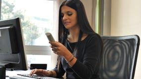 Νέα συνεδρίαση επιχειρηματιών στο γραφείο στο γραφείο πολυάσχολο στο τηλέφωνο Στοκ φωτογραφία με δικαίωμα ελεύθερης χρήσης