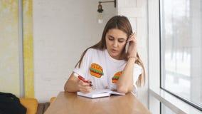 Νέα συνεδρίαση επιχειρησιακών γυναικών κοντά στο παράθυρο, συζητήσεις στο τηλέφωνο και στοιχεία καταγραφής στο σημειωματάριο απόθεμα βίντεο