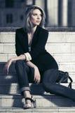 Νέα συνεδρίαση επιχειρησιακών γυναικών μόδας στα βήματα Στοκ φωτογραφία με δικαίωμα ελεύθερης χρήσης