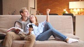 Νέα συνεδρίαση ζευγών αγάπης στην επισκευή καναπέδων και σχεδίων φιλμ μικρού μήκους