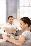 Νέα συνεδρίαση ζευγών στο καθιστικό στο σπίτι στοκ εικόνες