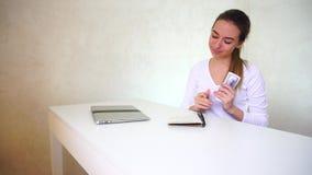 Νέα συνεδρίαση προγραμματιστών κοντά στον πίνακα με το lap-top και το υπολογίζοντας εκ νέου μηνιαίο εισόδημα απόθεμα βίντεο