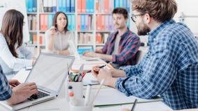 Νέα συνεδρίαση των επιχειρησιακών ομάδων στο γραφείο στοκ εικόνα με δικαίωμα ελεύθερης χρήσης