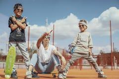 Νέα συνεδρίαση mum με τους γιους της στην παιδική χαρά οικογένεια έννοιας ευτ& στοκ φωτογραφίες