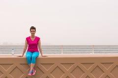 Νέα συνεδρίαση γυναικών μετά από ένα επιτυχές τρέξιμο κατάρτισης στοκ φωτογραφία με δικαίωμα ελεύθερης χρήσης