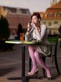 Κορίτσι στο τετράγωνο πόλεων Στοκ εικόνα με δικαίωμα ελεύθερης χρήσης