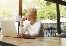 Νέα συνεδρίαση γυναικών σπουδαστών σε έναν καφέ που μιλά στο τηλέφωνο, και ένας μεγάλος χρόνος δικαιολογίας Στοκ φωτογραφία με δικαίωμα ελεύθερης χρήσης