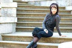 Νέα συνεδρίαση γυναικών στη μαρμάρινη σκάλα Στοκ Εικόνα