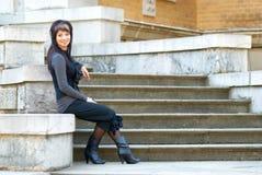 Νέα συνεδρίαση γυναικών στη μαρμάρινη σκάλα Στοκ φωτογραφίες με δικαίωμα ελεύθερης χρήσης