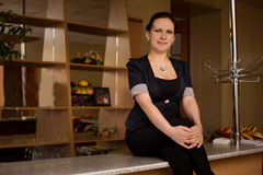 Νέα συνεδρίαση γυναικών στο φραγμό Στοκ εικόνες με δικαίωμα ελεύθερης χρήσης