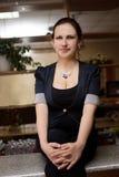 Νέα συνεδρίαση γυναικών στο φραγμό Στοκ φωτογραφία με δικαίωμα ελεύθερης χρήσης