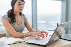 Νέα συνεδρίαση επιχειρηματιών στο γραφείο εργασίας, το νέο ηλεκτρονικό ταχυδρομείο ανάγνωσης και δακτυλογράφησης, που χρησιμοποιο στοκ εικόνες