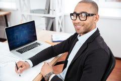 Νέα συνεδρίαση επιχειρηματιών στο γραφείο και εξέταση τη κάμερα Στοκ Εικόνες