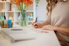 Νέα συνεδρίαση επιχειρηματιών στο γραφείο και εργασία Όμορφη υπογεγραμμένη γυναίκα κάρτα στοκ φωτογραφία με δικαίωμα ελεύθερης χρήσης