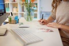 Νέα συνεδρίαση επιχειρηματιών στο γραφείο και εργασία Όμορφη υπογεγραμμένη γυναίκα κάρτα στοκ εικόνες
