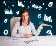 Νέα συνεδρίαση επιχειρηματιών στο γραφείο με τα διαγράμματα και τις στατιστικές στοκ φωτογραφίες