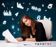 Νέα συνεδρίαση επιχειρηματιών στο γραφείο με τα διαγράμματα και τις στατιστικές στοκ εικόνες με δικαίωμα ελεύθερης χρήσης