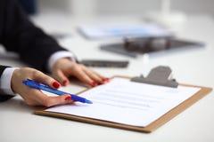 Νέα συνεδρίαση επιχειρηματιών στο γραφείο με το φάκελλο, σύμβαση Στοκ φωτογραφίες με δικαίωμα ελεύθερης χρήσης