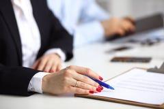 Νέα συνεδρίαση επιχειρηματιών στο γραφείο με το φάκελλο, σύμβαση Στοκ εικόνες με δικαίωμα ελεύθερης χρήσης
