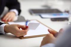 Νέα συνεδρίαση επιχειρηματιών στο γραφείο με το φάκελλο, σύμβαση Στοκ Εικόνες