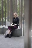 Νέα συνεδρίαση επιχειρησιακών γυναικών έξω με το lap-top Στοκ εικόνες με δικαίωμα ελεύθερης χρήσης