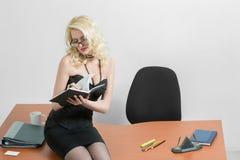 Νέα συνεδρίαση επιχειρησιακών γυναικών στο γραφείο στοκ εικόνα με δικαίωμα ελεύθερης χρήσης