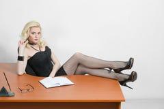 Νέα συνεδρίαση επιχειρησιακών γυναικών στο γραφείο στοκ φωτογραφίες
