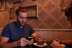 Νέα συνεδρίαση ζευγών σε ένα μπαρ Στοκ Εικόνα