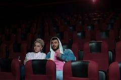 Νέα συνεδρίαση ζευγών στο κενό θέατρο κινηματογράφων Στοκ Φωτογραφίες