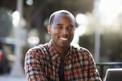 Νέα συνεδρίαση μαύρων υπαίθρια, πορτρέτο στοκ εικόνες