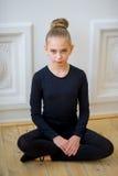 Νέα συνεδρίαση χορευτών μπαλέτου κοντά στον τοίχο Στοκ εικόνες με δικαίωμα ελεύθερης χρήσης