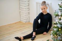 Νέα συνεδρίαση χορευτών μπαλέτου κοντά στον τοίχο Στοκ φωτογραφία με δικαίωμα ελεύθερης χρήσης