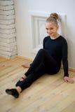 Νέα συνεδρίαση χορευτών μπαλέτου κοντά στον τοίχο Στοκ φωτογραφίες με δικαίωμα ελεύθερης χρήσης