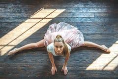 Νέα συνεδρίαση χορευτών στο στούντιο χορού στοκ φωτογραφίες