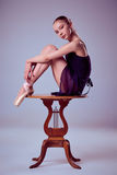 Νέα συνεδρίαση ballerina στην ξύλινη καρέκλα Στοκ εικόνες με δικαίωμα ελεύθερης χρήσης