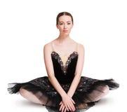 Νέα συνεδρίαση ballerina στο πάτωμα στο άσπρο υπόβαθρο Στοκ φωτογραφία με δικαίωμα ελεύθερης χρήσης