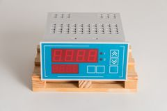 Νέα συσκευή ελέγχου για τον εξαερισμό καθαρού αέρα σε ένα γκρίζο υπόβαθρο στοκ εικόνα