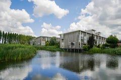 Νέα σχεδιασμένα οικολογικά σπίτια Στοκ φωτογραφία με δικαίωμα ελεύθερης χρήσης