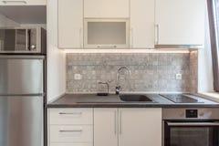 Νέα σύγχρονη άσπρη κουζίνα σπίτι νέο Εσωτερική φωτογραφία Στοκ Εικόνα