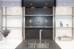 Νέα σύγχρονη γραπτή κουζίνα με τον κρουνό χρωμίου και ορθογώνια κουζίνα σχεδιαστών sinkÑŽ Στοκ Εικόνα
