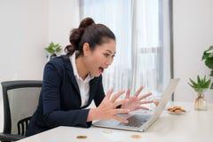 Νέα σύγχρονη επιτυχής επιχειρησιακή γυναίκα της Ασίας με τον υπολογιστή και το βισμούθιο στοκ φωτογραφίες
