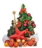 Νέα σύνθεση έτους με τα παιχνίδια χριστουγεννιάτικων δέντρων και το κόκκινο αστέρι Στοκ φωτογραφία με δικαίωμα ελεύθερης χρήσης
