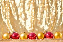 Νέα σύνθεση έτους Χριστουγέννων με τη χρυσή κόκκινη έννοια παιχνιδιών διακοσμήσεων διακοπών υποβάθρου γραμμών σειρών σφαιρών Στοκ φωτογραφία με δικαίωμα ελεύθερης χρήσης