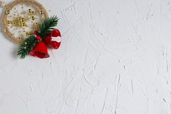 Νέα σύσταση ετών με τη χειμερινή διάθεση, ντεκόρ που απομονώνεται σε ένα άσπρο υπόβαθρο στοκ εικόνες